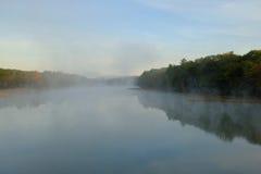 Nebel und Nebel des frühen Morgens über einem Fluss lizenzfreie stockbilder