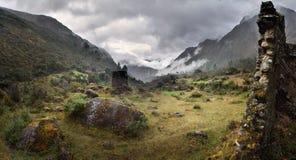 Nebel und Regen bei Qolqas Penas in den peruanischen Bergen, Cuzco-Abteilung, Peru Stockfotografie