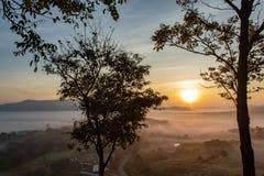 Nebel-und Sonne Morgen nach Berg lizenzfreie stockbilder