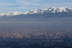 Nebel und Verschmutzungswolke auf der Stadt stockbild