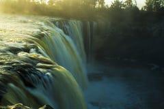 Nebel und Wasserfall mit dem Sunrising Lizenzfreie Stockbilder