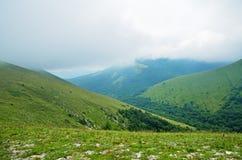Nebel und Wolken auf grünen Hügeln Lizenzfreie Stockfotos