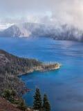 Nebel und Wolken am Crater See Stockfoto