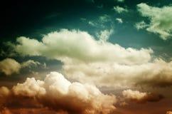 Nebel und Wolken im Abendhimmel Lizenzfreie Stockbilder
