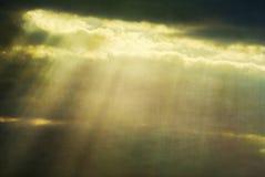 Nebel und Wolken mit Streifen der Leuchte Stockfotografie