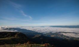 Nebel- und Wolkenberg Stockfoto