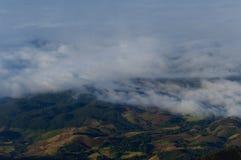 Nebel- und Wolkenberg Lizenzfreies Stockfoto