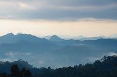 Nebel- und Wolkenberg Stockbild