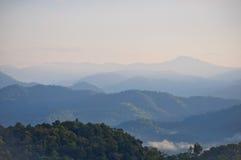 Nebel- und Wolkenberg Stockfotos