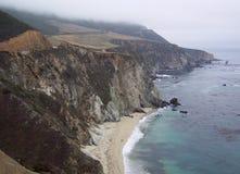 Nebel-verklemmte Küste stockfotos