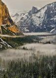 Nebel in Yosemite-Tal und in der halben Haube, Yosemite Nationalpark lizenzfreie stockbilder