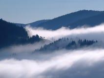 Nebel zwischen den Bergen Stockfotos