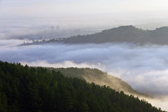 Nebel zwischen den Steigungen stockbild