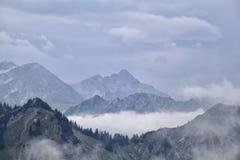 Nebel zwischen Gebirgsrücken lizenzfreies stockbild