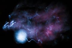 Nebelfleck im Raum nahe dem Planeten Stockfoto