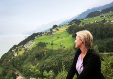 Nebelhafte alpine Talansicht Stockfotografie
