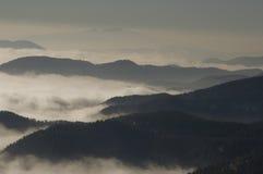 Nebelhafte Berge Stockfotos