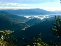 Nebelhafte Berge Stockfotografie