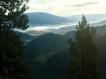 Nebelhafte Berge Stockbild