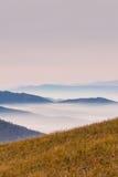 Nebelhafte Berge im Herbst Stockbild