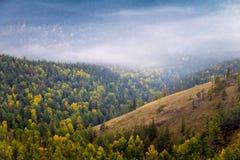Nebelhafte Berge im Herbst Lizenzfreies Stockbild