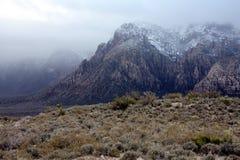 Nebelhafte Bergspitze Stockfotografie