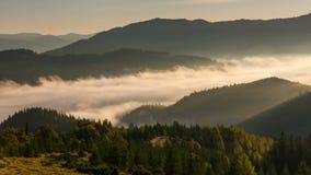 Nebelhafte Dämmerung in den Bergen Schöne Frühlingslandschaft stock video