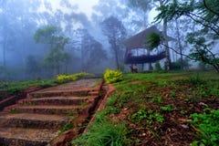 Nebelhafte Hütte stockfoto