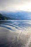 Nebelhafte Himmel u. reflektierendes Wasser, Britisch-Columbia, Kanada Stockfotos