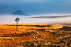 Nebelhafte Landschaft des frühen Morgens Stockfoto
