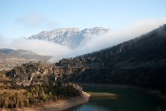 Nebelhafte Landschaft am Sonnenaufgang Sonniger Tag See stockbild