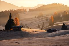Nebelhafte Landschaftsansicht in Alpe di Siusi stockbilder