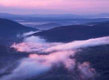 Nebelhafte purpurrote Berge Lizenzfreies Stockbild