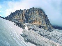 Nebelhafte Spitze von Sasso di Landro, enormer Tre Cime di Lavaredo schaukelt, Stockbild