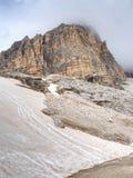 Nebelhafte Spitze von Sasso di Landro, enormer Tre Cime di Lavaredo schaukelt, Stockbilder