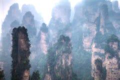 Nebelhafte steile Bergspitzen - Nationalpark Zhangjiajie Stockfoto