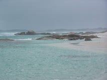 Nebelhafte Strandsteine stockfotos
