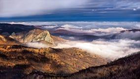 Nebelhafte Szene des Herbstes in Rumänien, schöne Landschaft von wilden Karpatenbergen Stockbild