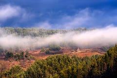 Nebelhafte Szene des Herbstes in Rumänien, schöne Landschaft von wilden Karpatenbergen Stockfotos
