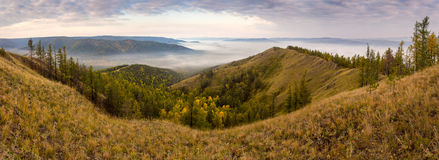 Nebelhafte Talstrecke Autumn Ins Lizenzfreie Stockfotos