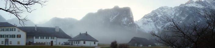 Nebelhafte träumerische Ansicht von alpinen Häusern Lizenzfreie Stockfotos