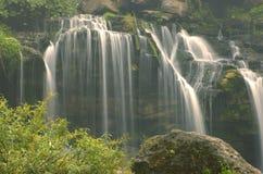Nebelhafte Wasserfälle Stockfoto