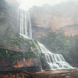 Nebelhafte Wasserfälle stolpern hinunter Klippen stockfotografie