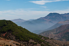 Nebelhafter Berg Stockfoto