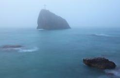 Nebelhafter Felsen Stockfotografie