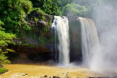 Nebelhafter felsiger Wasserfall gefangengenommener hoher Winkel stockfotografie