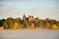 Nebelhafter Fluss innen und Boldt Schloss. Lizenzfreie Stockfotos