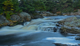 Nebelhafter Fluss von großem Fluss nahe Flatrock, Neufundland, Kanada Lizenzfreies Stockfoto