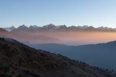 Nebelhafter Gebirgssonnenaufganglandschaft im Himalaja Lizenzfreies Stockbild