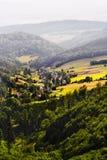 Nebelhafter Gebirgstal mit Feldern und Wiesen Szenische malerische Ackerlandlandschaft Lizenzfreies Stockfoto